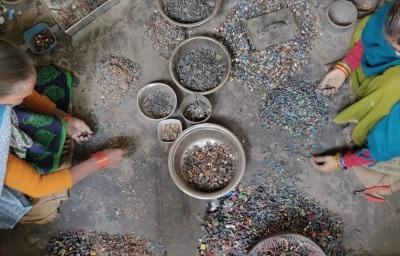 Dismantling e-waste in Delhi