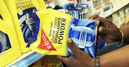 Choosing refillable dishwasher powder at the supermarket.
